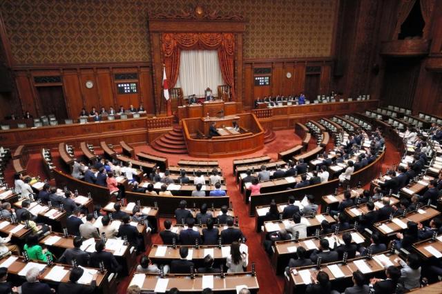 衆院選小選挙区の区割りを見直す改正公職選挙法が可決、成立した際の参院本会議=2017年6月9日