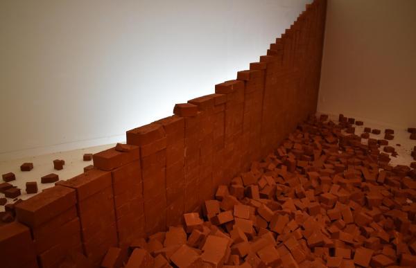 レンガを崩した作品「LANDSCAPE 1/2×1/2」=高知県立美術館