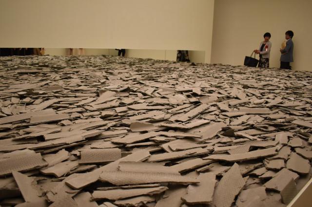 高﨑さんの作品「COLLAPSE 現代美術の崩壊」=高知市