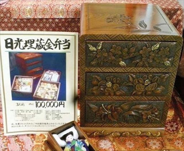10万円の日光埋蔵金弁当の重箱=日光鱒鮨本舗提供