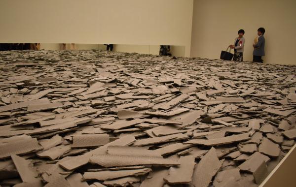 波形スレートを砕いた作品「COLLAPSE 現代美術の崩壊」=高知県立美術館