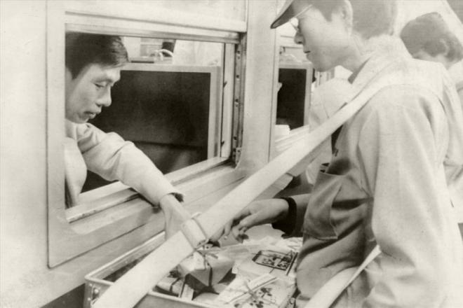 宇都宮駅では窓越しに売り子から駅弁を買う乗客=1982年6月