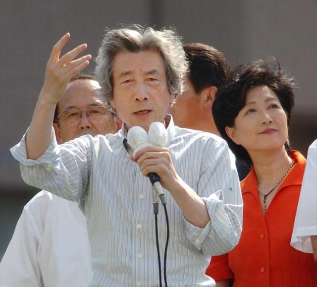 当時の小泉純一郎首相(左)が仕掛けた郵政選挙で「刺客」となった小池百合子氏(右)=2005年8月20日