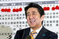 2014年の衆院選勝利でインタビューに笑顔でこたえる自民党の安倍晋三総裁=2014年12月14日
