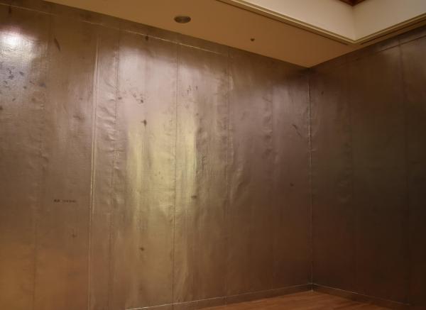 鉛をはり付けた作品「密着」=高知県立美術館