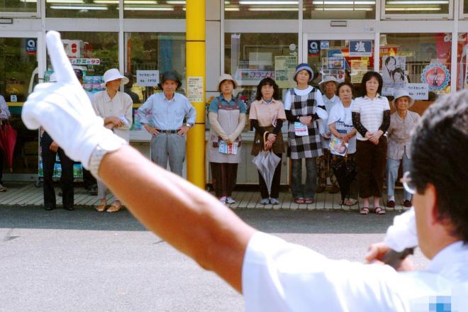 候補者の街頭演説を聞く有権者ら=2009年8月23日