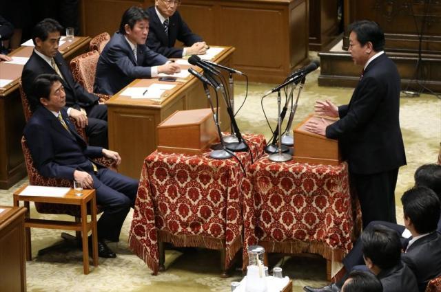 党首討論で対決する野田佳彦首相(当時)と自民党の安倍晋三総裁=2012年11月14日