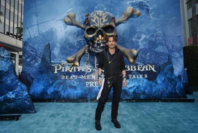 最新作「パイレーツ・オブ・カリビアン最後の海賊」のロサンゼルスのイベントに登場したジョニー・ディップさん=2017年5月、ロイター