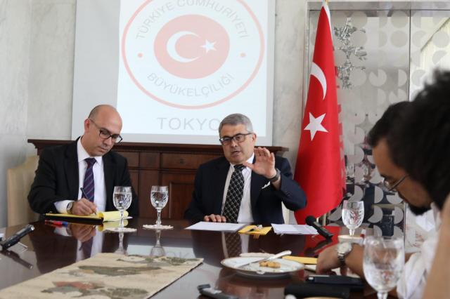 記者会見で話すトルコのメリチ駐日大使(中央)と通訳する大使館職員(左)=14日、東京都渋谷区