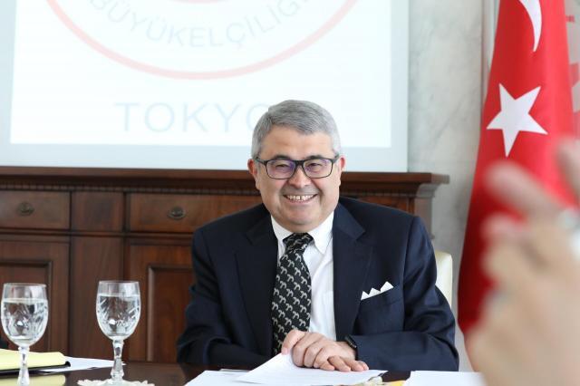会見で笑顔を見せるトルコのメリチ駐日大使=14日、東京都渋谷区