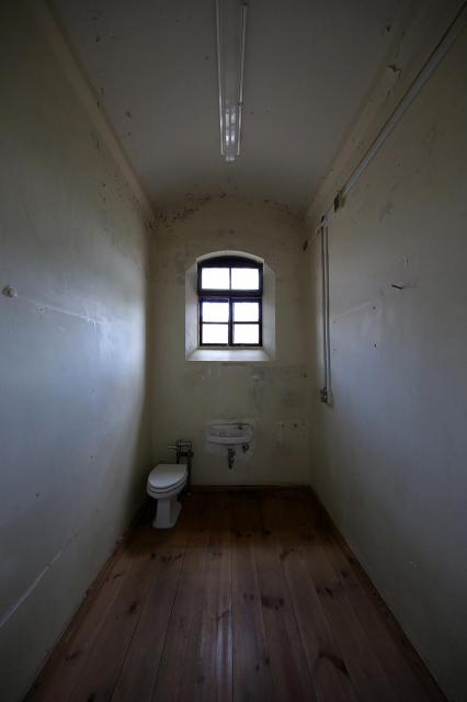 旧奈良少年刑務所の独房(広さ約5平方メートル)=2017年7月、内田光撮影