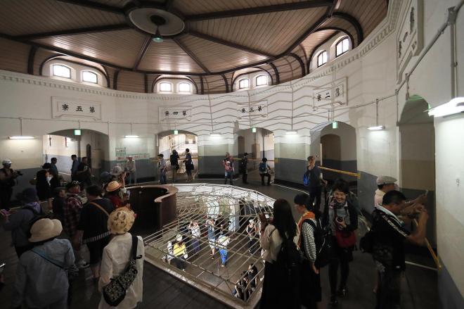 中央看守所の2階。看守台からは5つの収容棟の廊下が全て見渡せる=2017年7月、内田光撮影