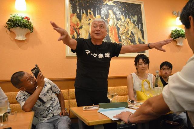 7月8日、赤坂のファミレスでの打ち上げ風景。京都府知事選のほか、別荘があるという静岡県熱海市長選への意欲も語っていました。