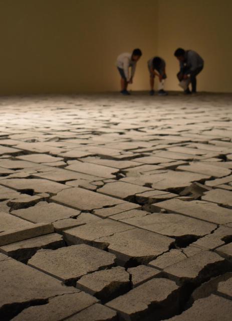 コンクリートブロックを敷き詰め、破砕した「COLLAPSE」=高知市