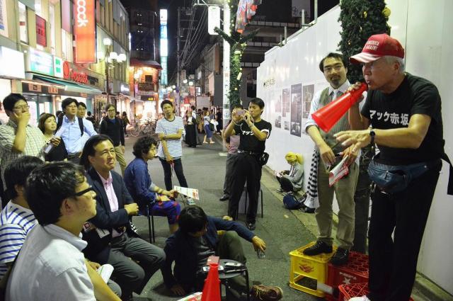 6月27日、下北沢で開いた対話集会。マック氏がかぶっているのはトランプ米大統領の選挙運動で使われた帽子