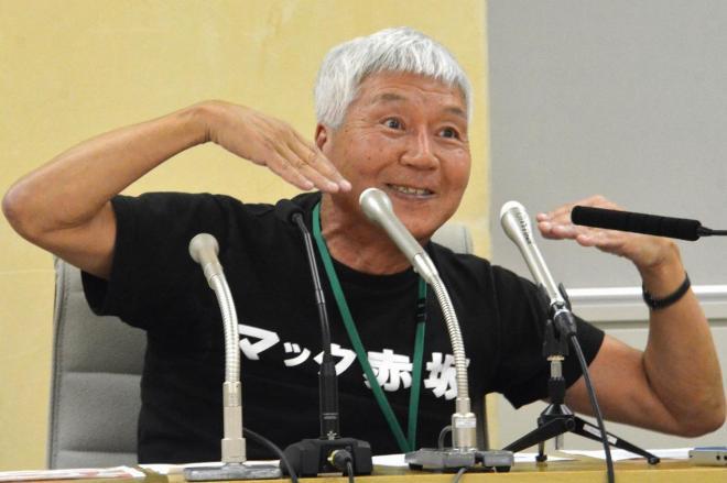 6月8日、都庁で記者会見をした際、「スマイル」のポーズをとるマック赤坂氏