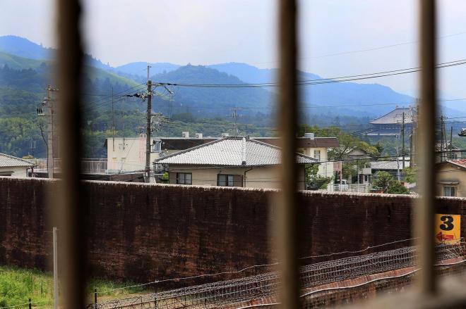 第1実習室(第2実習室の2階)の窓から見える景色。右端の大きな屋根は東大寺。左端は若草山=2017年7月、内田光撮影