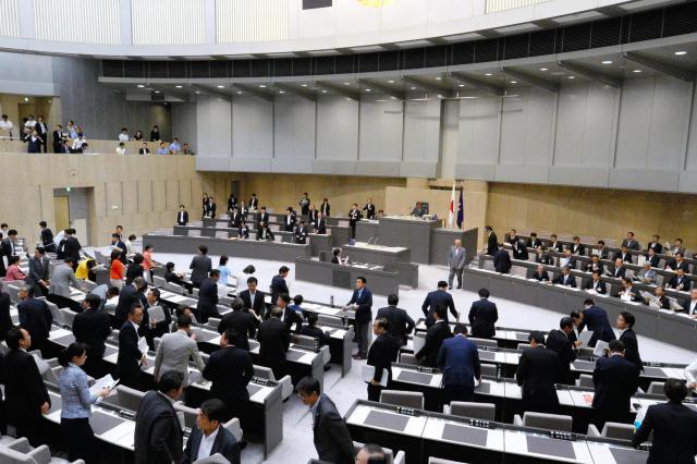 舛添要一氏が退任のあいさつを終えて散会となった都議会議場=2016年6月15日