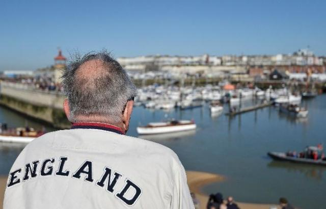 """「ダンケルクの戦い」から75周年の2015年5月21日、英国南東部のラムズゲート港を感慨深く見渡す男。今なお残っている当時使用された50隻以上の船もまた""""ダンケルク・スピリッツ""""の象徴(C)REUTERS/Toby Melville"""