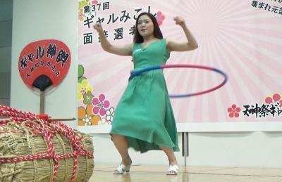 一発芸でフラフープを回しながら、「ギャルみこし」への熱い思いを語る斎藤由季さん