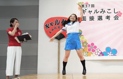 アニメキャラのコスプレと激しいアニソンダンスに司会者も爆笑