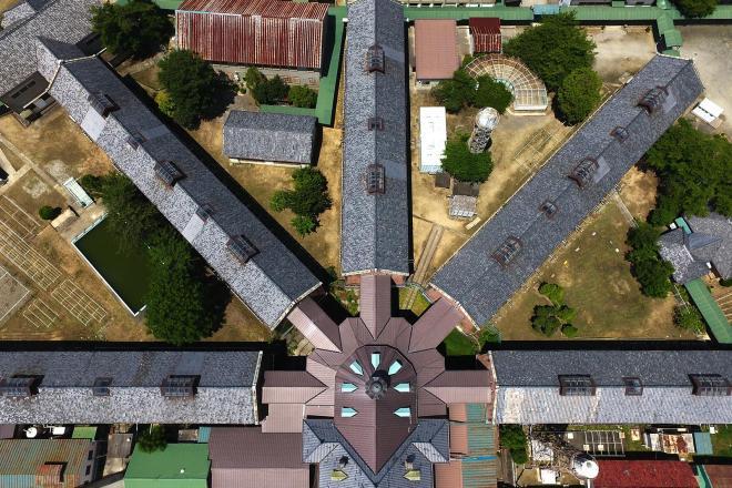 真上から見た刑務所。中央の看守所から5つの収容棟が放射状に配置されている=2017年7月、溝脇正撮影
