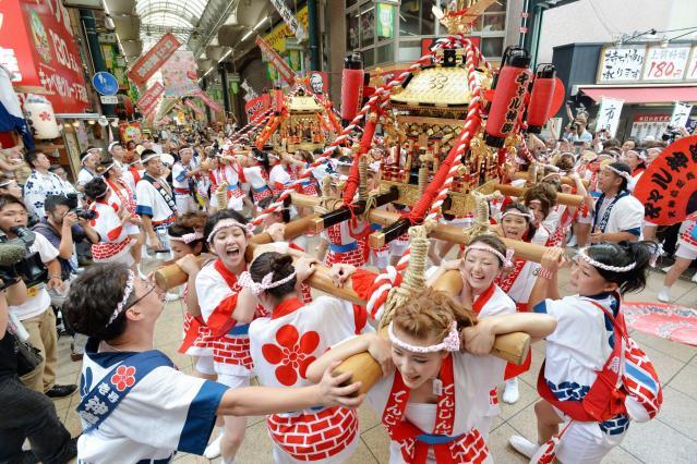 2013年の「ギャルみこし」=2013年7月23日、大阪市北区、水野義則撮影