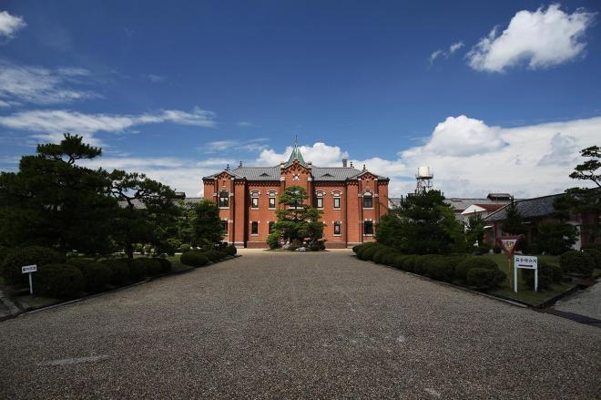 旧奈良少年刑務所の中庭と庁舎=2017年7月、矢木隆晴撮影