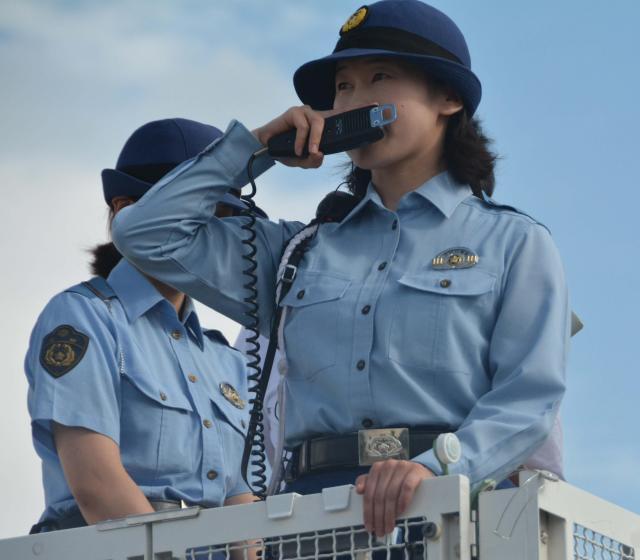 「DJポリス」として出動する女性巡査部長(右)=伏見区の京都競馬場駐車場