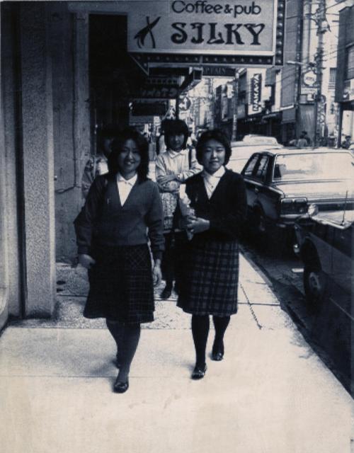 横浜・元町から大流行したハマトラ(ヨコハマ・ニュー・トラディショナル=伝統的なの意)スタイルの女性たち。ペタンコくつにハイソックス=横浜市、1979年