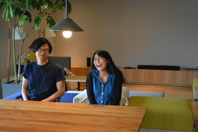 Ciftのリビングで取材に応じる藤代健介さん(左)と寺井暁子さん=東京都渋谷区