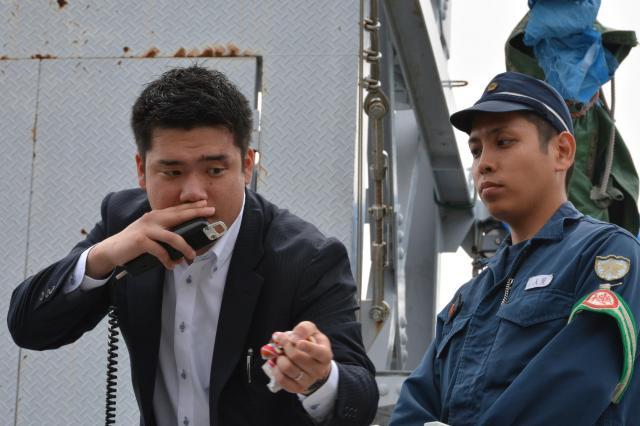 広報車に乗って研修会で指導するDJポリス(左)=27日、神戸市須磨区の県警機動隊グラウンド