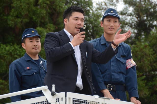 雑踏警備のコツを教える「DJポリス」の警視庁第9機動隊員(中央)=県警察学校
