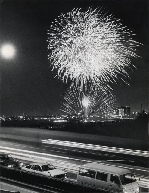 「第一回足立の花火大会」。千住大橋は帰省の車の列