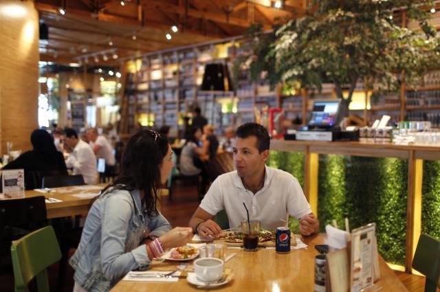 ドバイモールで食事をとるカップル(記事本文とは関係ありません)=2013年10月9日