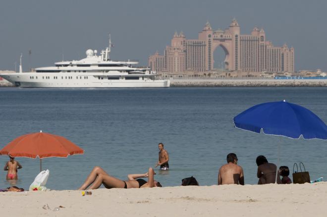 ドバイのビーチ。背後に見える茶色い建物は5つ星ホテルの「アトランティス」=2009年11月28日