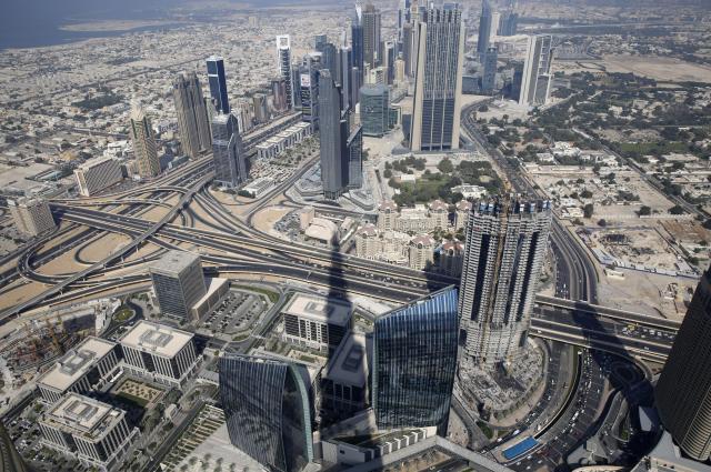 世界一の高層ビル「ブルジュ・ハリファ」から見たドバイ中心部=2014年11月19日