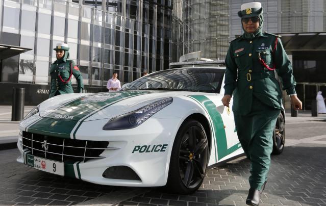 警察もバブリーなドバイ、このパトカーは超高級車のフェラーリ=2013年6月4日