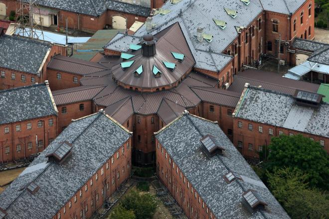 5つの収容棟の中央に配置された看守所=2016年9月、内田光撮影