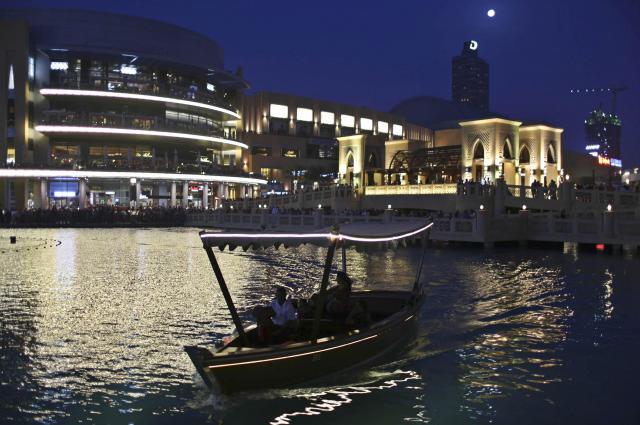 巨大ショッピングモール「ドバイモール」付近で、夜のクルーズを楽しむ観光客=2014年3月15日
