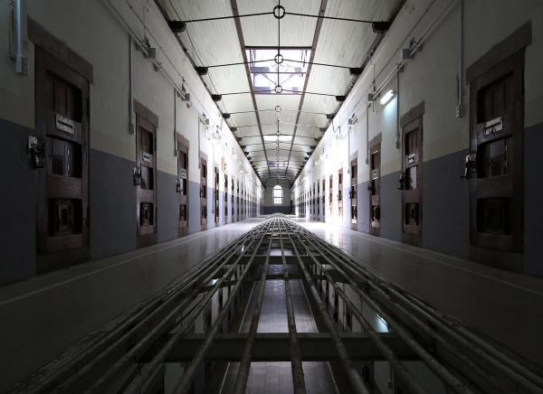 旧奈良少年刑務所の2階の廊下。床の中央部分には穴が開いていて、フロアをまたいで監視が出来る仕組みになっている=2017年7月、内田光撮影