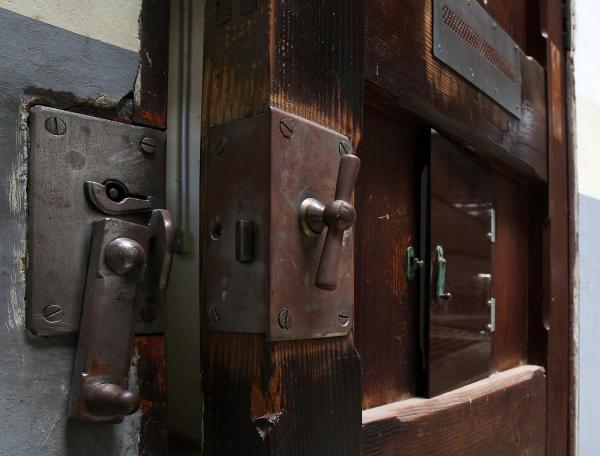 頑丈そうな鍵がついた部屋の扉=2017年7月、内田光撮影