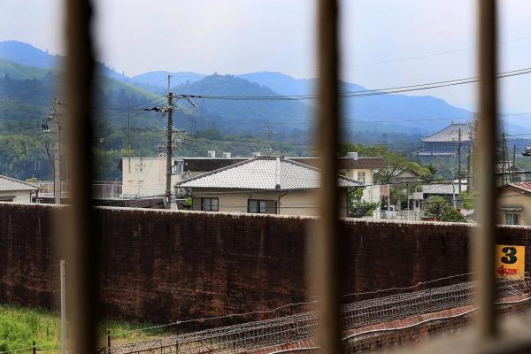 第1実習室の窓から見える景色。右端の大きな屋根は東大寺。左端は若草山=2017年7月、内田光撮影