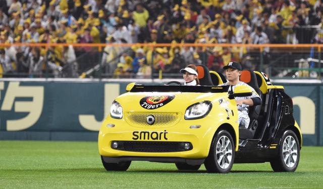 2017年、阪神甲子園球場で使われているリリーフカー。メルセデス・ベンツの「smart fortwo」