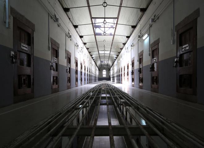 旧奈良少年刑務所の2階の廊下。床の中央部分には穴が開いていて、フロアをまたいで監視が出来る仕組みだ=2017年7月、内田光撮影
