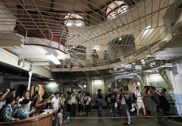旧奈良少年刑務所の中央看守所(1階)。看守台からは5つの収容棟の廊下が全て見渡せる=2017年7月、内田光撮影