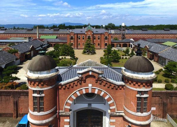 赤れんがの外観が美しい旧奈良少年刑務所=2017年7月、溝脇正撮影