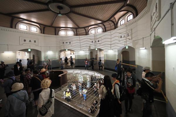 旧奈良少年刑務所の中央看守所(2階)。看守台からは5つの収容棟の廊下が全て見渡せる=2017年7月、内田光撮影