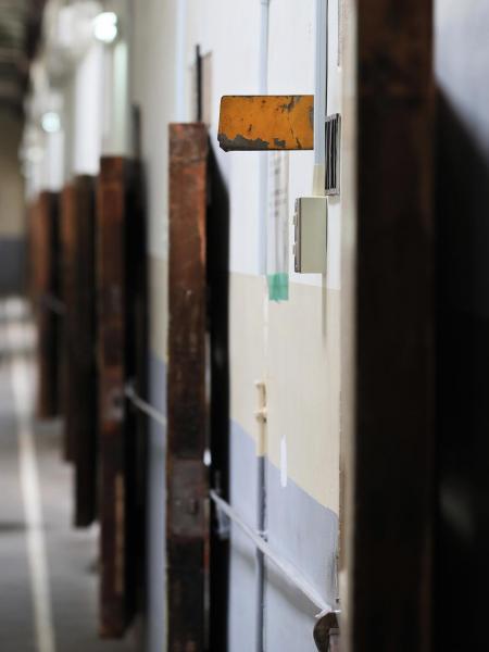 「報知機」と呼ばれる黄色いプレートは、受刑者が室内から刑務官を呼ぶために使った=2017年7月、内田光撮影