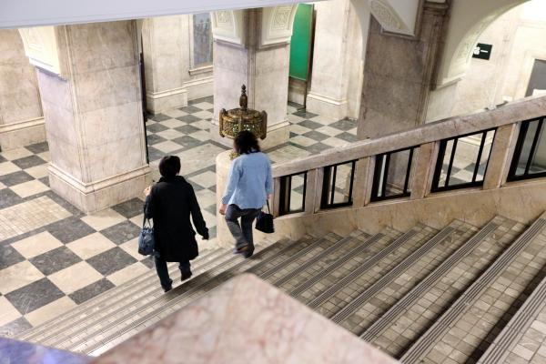 2014年、名古屋市庁舎の正面玄関から2階へ続く、大理石でできた階段。多数の映像作品の撮影場所にもなった